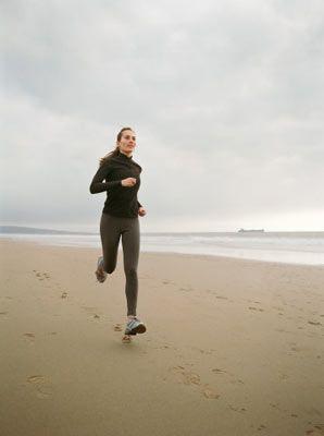 • Üzerinizdeki tüm ağırlıklardan kurtulun. Anahtar gibi zorunlu olarak taşımanız gereken şeyleri bele takılabilir hafif ve küçük bir çantada taşıyın.   • Yapacağınız yürüyüş yarım saatten daha uzun sürecekse yanınıza belinize asabileceğiniz bir su kabı alın.  • Yürüyüşün en önemli ekipmanı ayakkabılardır. Ayakkabılarınız ayağınıza tam olarak uymalıdır. Yürüyüş ayakkabılarınız normal ayakkabılarınızla aynı numarada veya yarım numara daha büyük olmalıdır.